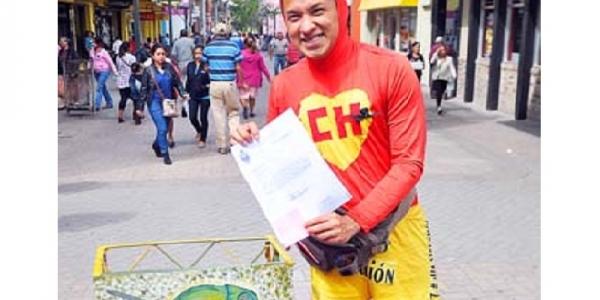 Joven disfrazado de Chapulín Colorado ayuda a migrantes y jóvenes hondureños