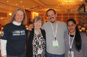 Mauricio López con Dallana Contreras (der.) y dos miembros de Christian Life Community