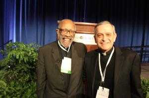Mons. Ray East con el Obispo Eusebio Elizondo, presidente del subcomité Iglesia en Latinoamérica, por la Conferencia Episcopal de EEUU