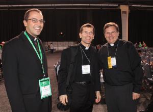 P. Patricio Rodríguez (izq.) y P. Jesús Ferrás (der.), aporte hispano en EEUU, con el Obispo Michael Sis, de la diócesis San Angelo, Texas - Filadelfia, septiembre 2015 - Foto: Migrantes Hoy, CELAM