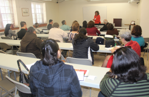 Luisana Bethencourt dando el taller sobre Transmisión de la Fe