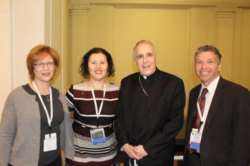 Cardenal Daniel DiNardo, presidente de la Conferencia de Obispos de EEUU, con Jonathan Reyes, secr. ejec. del Depto. de Justicia de USCCB, con Susan Gibbs e Ivone Guillén